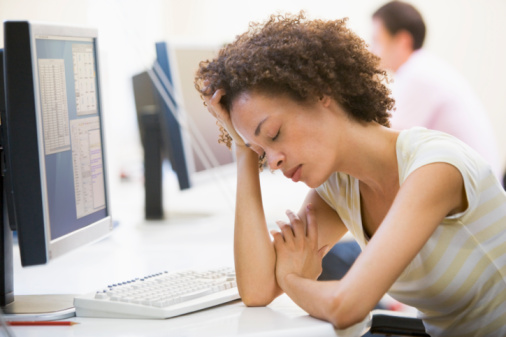 kobieta zmęczona przy komputerze