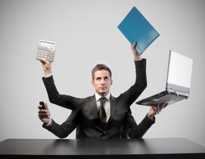 pracownik dwie pary rąk komputer