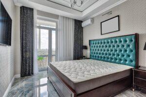 pianka memory - duży materac w sypialni