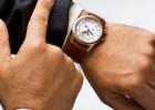 patrzeć na zegarek